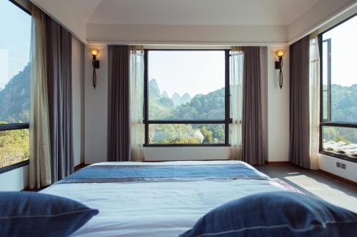 A bed or beds in a room at Li River Resort