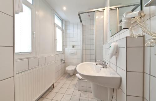 A bathroom at Hotel Belmondo Hamburg Hbf