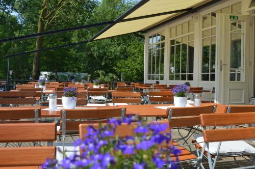 Ein Restaurant oder anderes Speiselokal in der Unterkunft Burger Fährhaus