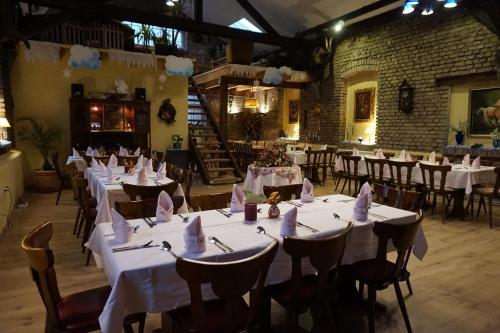 Ein Restaurant oder anderes Speiselokal in der Unterkunft Thüringer Hof