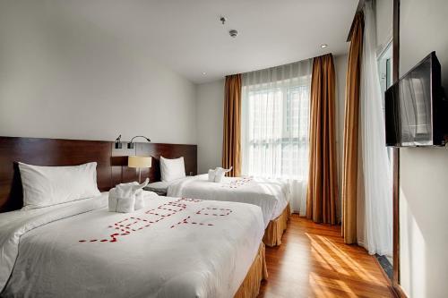 Кровать или кровати в номере Sofia Suite Hotel Danang