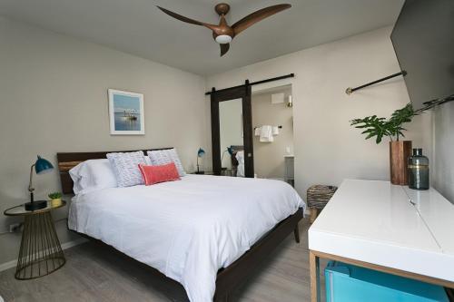 Ein Bett oder Betten in einem Zimmer der Unterkunft Hotel Cabana Clearwater Beach