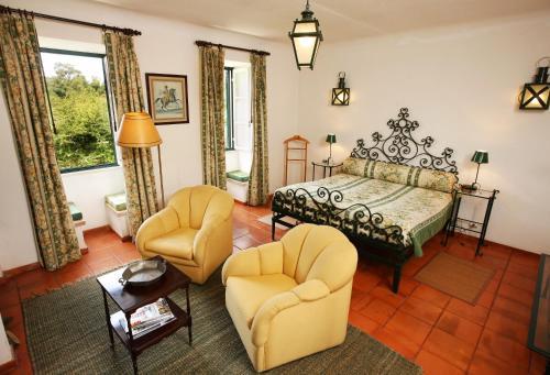 Ein Sitzbereich in der Unterkunft Quinta Da Praia Das Fontes