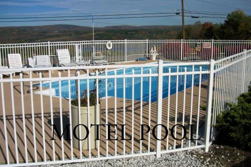 A view of the pool at Longhouse Lodge Motel or nearby