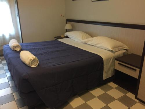 เตียงในห้องที่ Hotel Arno