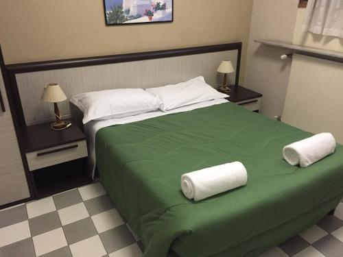 سرير أو أسرّة في غرفة في فندق أرنو