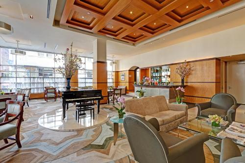 The lounge or bar area at Hotel Giraffe by Library Hotel Collection