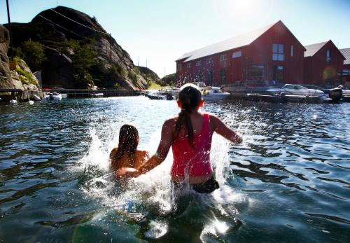 The swimming pool at or close to Verftet i Ny-Hellesund