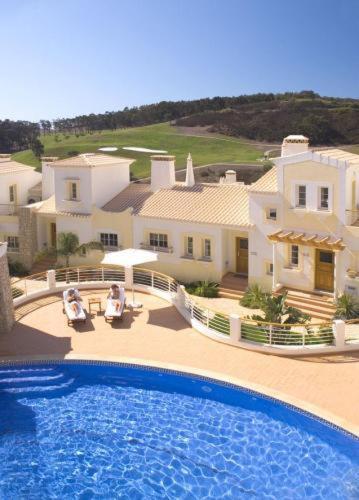 The swimming pool at or close to Quinta da Encosta Velha – Santo António, Villas, Golf & Spa
