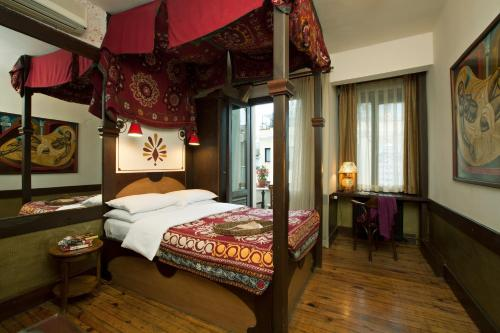 A bed or beds in a room at Hotel Empress Zoe