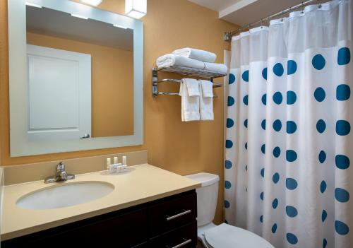 A bathroom at TownePlace Suites Republic Airport Long Island Farmingdale