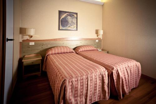 A bed or beds in a room at Hotel Ambra Palace