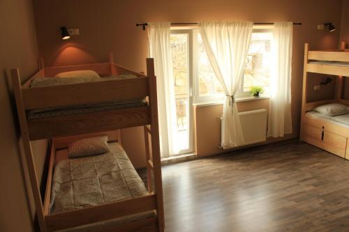 Palanda nebo palandy na pokoji v ubytování Falling Lakes Hostel