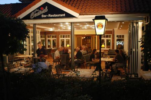 Ein Restaurant oder anderes Speiselokal in der Unterkunft Hotel Central