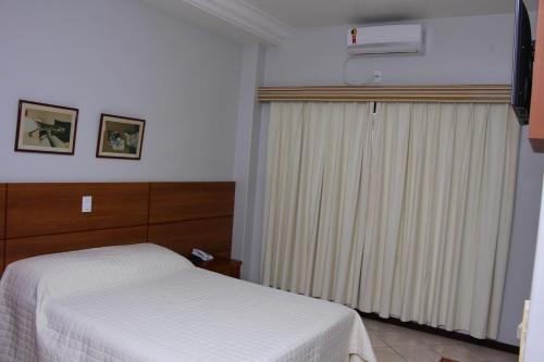 A bed or beds in a room at Metropole Palace Hotel