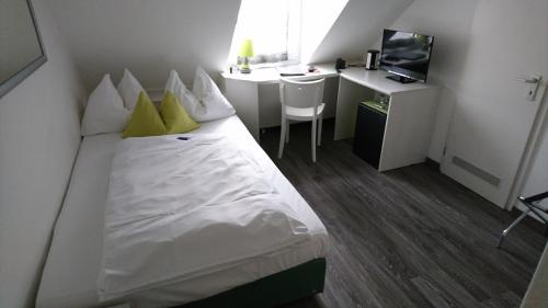 A bed or beds in a room at Hotel Deutschherrenhof