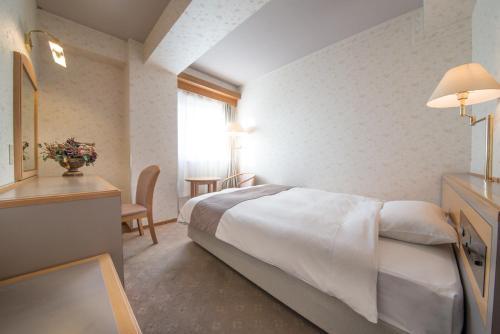高山市四季酒店房間的床