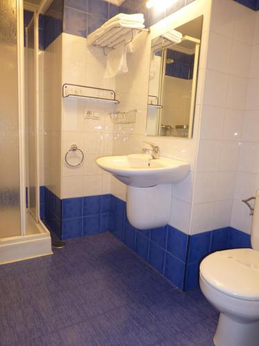 A bathroom at Pensión Romero