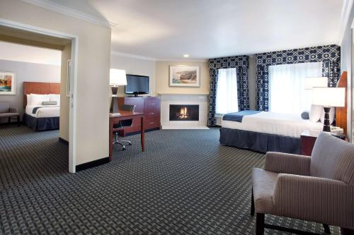 A bed or beds in a room at Best Western Plus Marina Shores Hotel