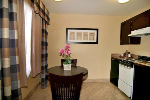 A kitchen or kitchenette at Best Western Plus Las Vegas West
