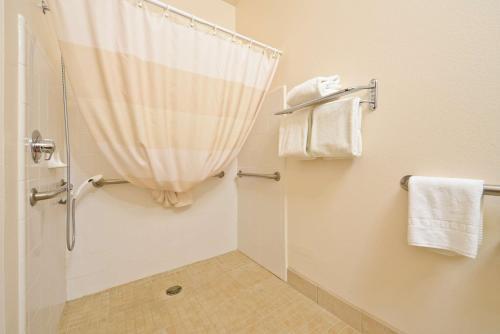 A bathroom at Best Western Plus Wakeeney Inn & Suites