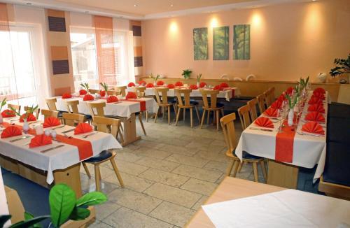 Ein Restaurant oder anderes Speiselokal in der Unterkunft Goldener Schlüssel mit Gästehaus Sina
