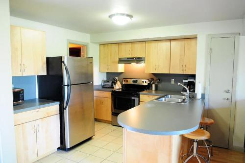 A kitchen or kitchenette at Barton Hills Condominiums