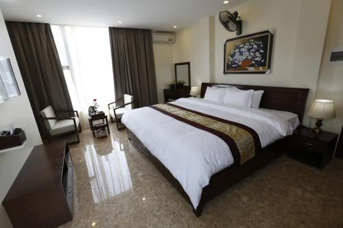 A bed or beds in a room at Hoang Ngoc Hotel