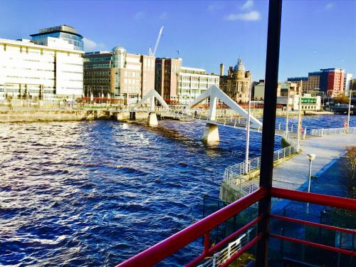 Glasgow City Centre Flat with River Views and Parking