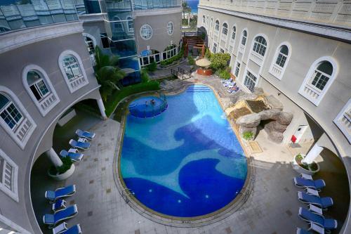 منظر المسبح في فندق ومنتجع بريمير الشارقة  او بالجوار