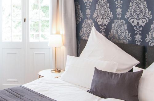 A bed or beds in a room at Hofgut Dippelshof Hotel- und Restaurant KG