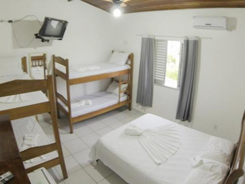 A bunk bed or bunk beds in a room at Pousada Pé na Areia Ubatuba