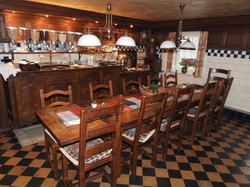 Ein Restaurant oder anderes Speiselokal in der Unterkunft Villa Bomberg