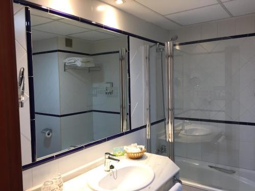 A bathroom at TRH Ciudad de Baeza