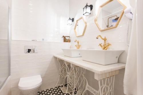 A bathroom at Dom Dinis Studios