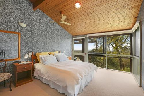 A bed or beds in a room at Wanawong Retreat