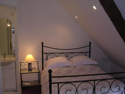 A bed or beds in a room at Chambre d'hôte Priory-View Dinan