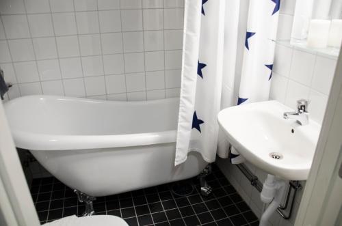 Ett badrum på Hotell Gillet i Köping