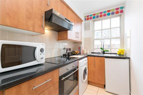 A kitchen or kitchenette at Marble Arch Serviced Apartments