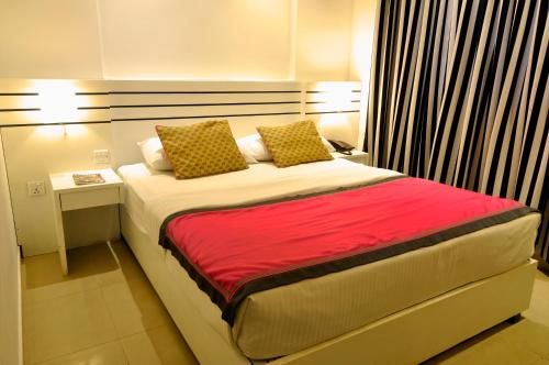 A bed or beds in a room at Clock Inn Colombo