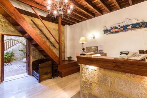 Лобби или стойка регистрации в Camelot Traditional & Classic Hotel