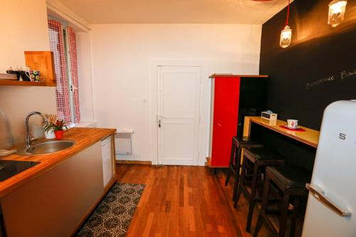 A kitchen or kitchenette at Appartement Jeanne d'Arc