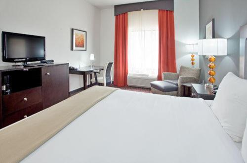 A bed or beds in a room at Holiday Inn Express Hotel & Suites Festus-South St. Louis