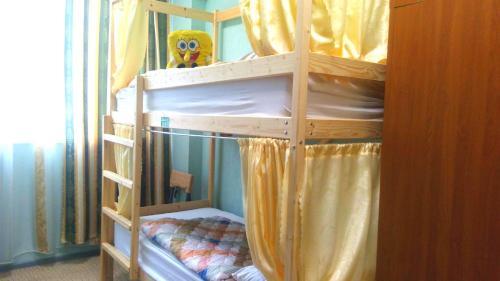 Двухъярусная кровать или двухъярусные кровати в номере Новый Хостел Сочи