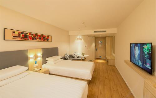 A bed or beds in a room at Hanting Express Hangzhou Wulin Gate