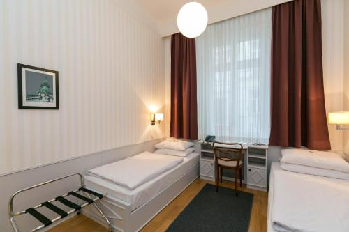 A bed or beds in a room at Hotel Kärntnerhof