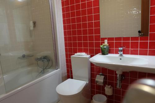 A bathroom at Hotel Alcides