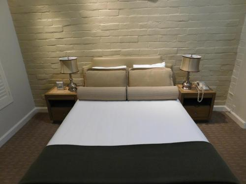 A bed or beds in a room at Brentwood Inn