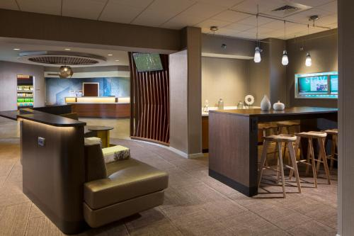 The lounge or bar area at SpringHill Suites Chicago Lincolnshire