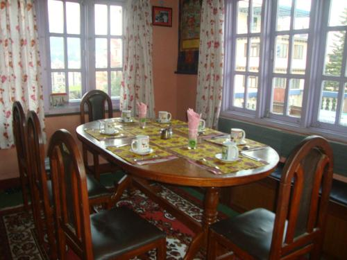 A restaurant or other place to eat at Friendship Home Stay
